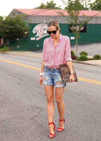 teksas sortc kosulja sa crveno belim prugama, torbica sa leopard printom naocare za sunce i crvene cipele