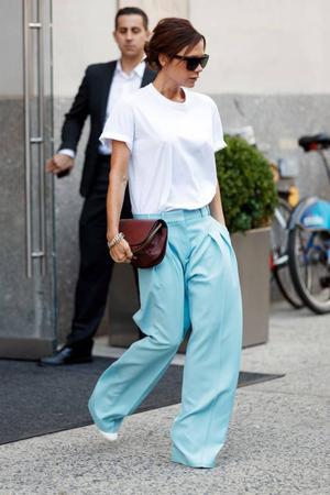 kako nositi belu majicu- pantalone sirih nogavica